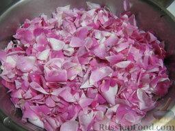 Варенье из лепестков роз: Как приготовить варенье из лепестков роз:    1 способ.   Собирают розы. Ножницами отрезают лепестки. Отрезанные окрашенные лепестки встряхивают или просеивают на сите для отделения пыльцы. Затем их моют в дуршлаге.