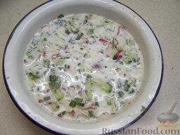 Окрошка на кефире: Залить нарезанные овощи получившейся смесью.