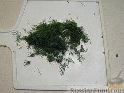 Окрошка на кефире: Порубить несколько веточек зелени укропа.