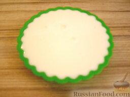Желе из сметаны: Желе из сметаны разливают в формочки или креманки. Помещают в холодильник на несколько часов (через 4-5 часов желе застынет).