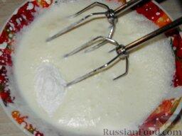 Сливки взбитые с желатином: Продолжая взбивать порциями добавить сахарную пудру.