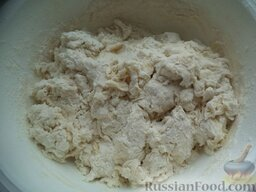 Вареники с картофелем и грибами или капустой: Вбить яйца в миску, посолить, добавить воду. Взбить. Сделать ложкой воронку в муке, добавить яичную смесь. Перемешать ложкой.