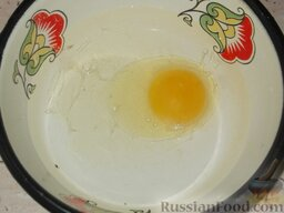 Карамелизованные яблоки: Как карамелизировать яблоки:    Приготовить кляр. Для этого яйцо смешать с водой.