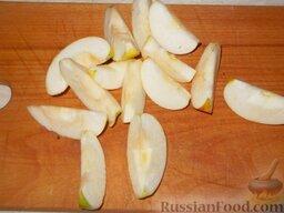 Карамелизованные яблоки: Удалить сердцевину и каждую четвертинку разрезать напополам. Влить в емкость лимонный сок, поместить туда же дольки яблок и хорошо перемешать. Дать настояться.