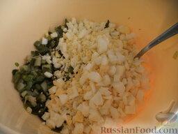 Фарш с зеленым луком и яйцом: Соединяют лук с рублеными вареными яйцами, растопленным сливочным маслом, солью, мелко нарубленной зеленью.