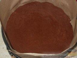 Бисквит шоколадный: Форму смазать маслом.  Выложить тесто в смазанную форму и выпекать шоколадный бисквит в духовке, разогретой до 175-180 градусов, до готовности (40-50 минут), не открывая дверцу духовки.