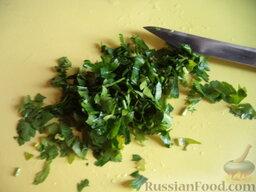 Щи с рыбными консервами: Зелень вымыть, мелко нарезать.