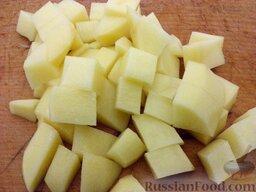 Суп картофельный с украинскими галушками: Картофель очистить, вымыть, нарезать кубиками.