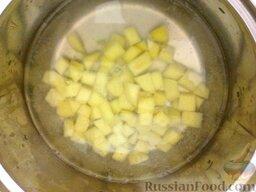Суп картофельный с украинскими галушками: Вскипятить воду, картофель сварить до полуготовности на среднем огне (10-15 минут).