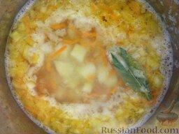 Суп картофельный с украинскими галушками: Зажарку положить в кастрюлю, посолить, добавить лавровый лист.