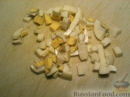 Борщ холодный I: Яйца отварить (залить водой, довести до кипения, варить 7 минут), охладить, очистить и мелко нарезать.