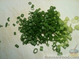 Борщ холодный I: Вымыть и тонко нарезать зеленый лук. Отложить немного для украшения.