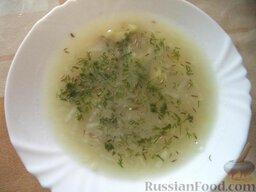 Суп из сельдерея: Белый цвет супа хорошо оттенить  свежей зеленью (или несколькими яркими ягодами брусники или клюквы).  Приятного аппетита!