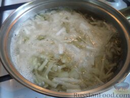 Суп из сельдерея: Добавить корнеплоды в кастрюлю с картофелем и луком. Варить до готовности корнеплодов (около 10 минут).