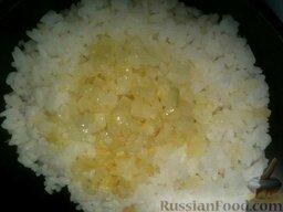 Рис откидной: Рис переложить в сотейник или котелок, добавить жир или пассерованный лук с жиром. При необходимости досолить. Перемешать.