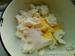 Сырники из творога: Как приготовить сырники из творога:    Творог протирают. Протертый творог соединяют с сахаром, солью, ванилином, сырыми яйцами, хорошо вымешивают.
