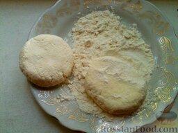 Сырники из творога: Делят на порции, панируют в муке, придавая круглую приплюснутую форму.