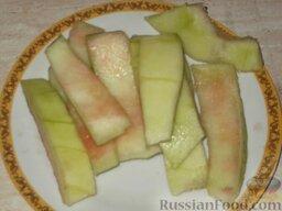 Варенье из арбузных корок. Способ 1: Как приготовить варенье из арбузных корок:    Вымыть корки, очистить от мякоти и верхнего слоя зеленой кожицы.