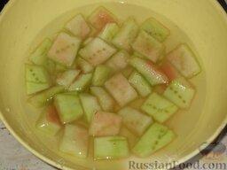 Варенье из арбузных корок. Способ 1: Проколоть каждый кусочек арбуза вилкой. Подготовленные корки положить в этот раствор, закрыть крышкой и оставить на 4 ч.