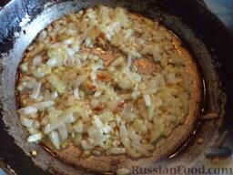 Грибная подлива: Разогреть другую сковороду, налить растительное масло (2 ст.ложки). Выложить в горячее масло лук. Пассеровать мелко нарезанный лук до светло-желтого цвета (2-3 минуты).