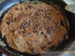 Грибная подлива: Подливу заправить солью, перцем, перемешать, варить 5-10 минут.