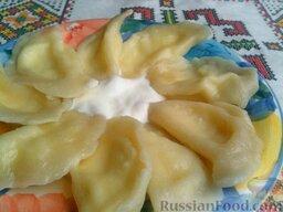 Вареники настоящие украинские: Подавать настоящие украинские вареники к столу со сливочным маслом или со сметаной.