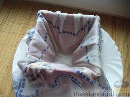 Пасха царская: Полотняную салфетку намочить и отжать. Пасочницу выложить полотняной салфеткой, желательно без складок.