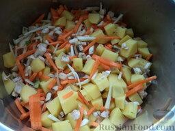 Суп с клецками (постный) (4 порции): Поместить в 2-литровую кастрюлю мелко нарезанные овощи и грибы, залить их холодной водой.