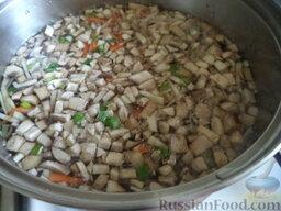 Суп с клецками (постный) (4 порции): Кастрюлю поставить на огонь, довести воду до кипения.   Варить овощи и грибы до готовности на небольшом огне (около 20 минут).