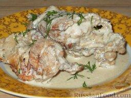 Кролик в сметане (6 порций): Кролик в сметане подается с соусом, в котором он тушился. Хорошо сочетается с жареной картошкой или пюре.