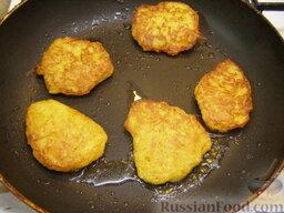 Оладьи из картофеля и тыквы: Затем оладьи перевернуть и жарить еще 3 минуты.    Точно также обжарить остальные оладьи из картофеля и тыквы, подливая масло по мере необходимости.