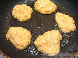 Оладьи из картофеля и тыквы: Из приготовленной массы жарить небольшие оладьи. Для этого на сковороде разогреть 1 ст. ложку растительного масла. Выкладывать тесто столовой ложкой. Жарить оладьи из картофеля и тыквы на среднем огне 3-4 минуты.