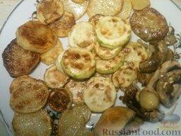 Картофель с кабачками и грибами: Затем кабачки положить на середину тарелки, сбоку - грибы и картофель.