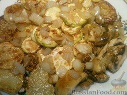 Картофель с кабачками и грибами: Посыпать жареным луком.