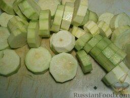 Картофель с кабачками и грибами: Кабачки нарезать кружочками толщиной 1-1,5 см, посолить (1 щепотка).