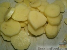 Картофель с кабачками и грибами: Картофель нарезать кружочками толщиной 0,5-0,7 см