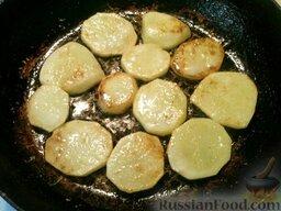 Картофель с кабачками и грибами: Поджарить каждый отдельно с двух сторон до золотистого цвета.  Сначала поджарить картофель. Для этого разогреть 1-2 ст. ложки растительного масла, выложить кружочки картофеля, жарить на среднем огне 3-5 минут. Когда нижняя сторона подрумянится, перевернуть кружочки и жарить еще 3-4 минуты. Так обжарить весь картофель. Масло подливать по мере необходимости. Готовый картофель посолить (1 щепотка).