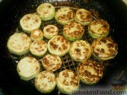 Картофель с кабачками и грибами: Затем жарить кабачки. Также разогреть масло. Выложить кружочки кабачков. Жарить их на среднем огне 3-5 минут, затем перевернуть и жарить еще 3 минуты.