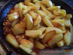 Картофель, тушенный с сушеными грибами: Разогреть другую сковороду, налить 2-3 ст. ложки растительного масла. В  горячее масло выложить подготовленный картофель. Картофель обжарить в масле на среднем огне, помешивая, 5-7 минут (до золотистости).