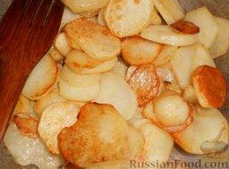 Картофель, тушенный с печенкой: Обжарить немного в растопленном жире на большом огне в течение 10-15 минут, периодически помешивая.