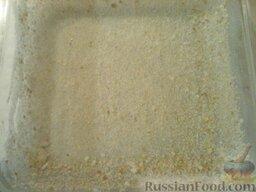 Запеканка картофельная со щавелем: Форму смазать маслом и посыпать сухарями.    Включить духовку.