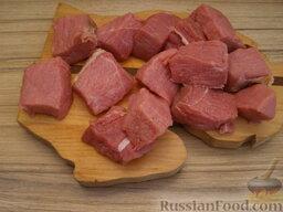 Жаркое по-домашнему: Мясо моют и обсушивают. Нарезают мясо по 2—3 куска на порцию (весом по 30—40 г)