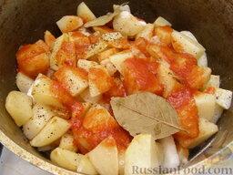 Жаркое по-домашнему: Добавляют томат-пюре, лавровый лист, соль, перец.    Также жаркое по-домашнему можно готовить без томата.