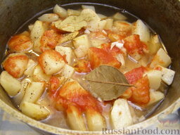Жаркое по-домашнему: Заливают бульоном или водой так, чтобы продукты были им покрыты. Тушат до готовности (30-40 минут).