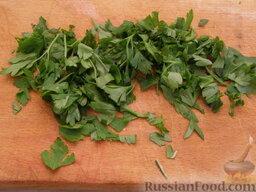 Жаркое по-домашнему: Через 25-35 минут после начала тушения моют и нарезают зелень.