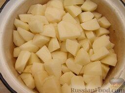 Жаркое по-домашнему: Картофель очищают от кожуры, режут кубиками и складывают в миску или кастрюлю.