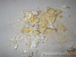 Салат с печенью трески: Яйца заливают водой, доводят до кипения, варят 7 минут, охлаждают. Вареные яйца очищают и нарезают мелкими кубиками (белок 1 яйца по желанию оставляют для украшения).