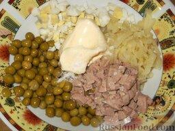 Салат с печенью трески: В глубокой миске перемешивают все ингредиенты, добавляют консервированный горошек, солят и заправляют майонезом.