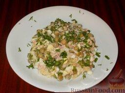 Салат с печенью трески: Салат с печенью трески готов.   При подаче к столу салат  выкладывают на тарелку и посыпают тертым белком.  Украшают салат с печенью трески мелко нарезанной зеленью петрушки или укропа.