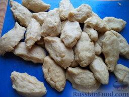 Мамалыга по-молдавски: Выделывают столовой ложкой или руками небольшие галушки.